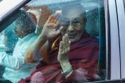Его Святейшество Далай-лама машет рукой своим почитателям, покидая фестиваль  Намами Брахмапутра. Гувахати, штат Ассам, Индия. 2 апреля 2017 г. Фото: Тензин Чойджор (офис ЕСДЛ)