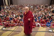 По завершении встречи Его Святейшество Далай-лама фотографируется с более чем 400 тибетцами из регионов северо-восточной Индии. Гувахати, штат Ассам, Индия. 2 апреля 2017 г. Фото: Тензин Чойджор (офис ЕСДЛ)