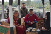 Его Святейшество Далай-лама и главный министр штата Аруначал-Прадеш Пема Кханду остановились в местечке Бхайрабкунда, чтобы отдохнуть во время поездки из Ассама в Аруначал-Прадеш. Бхайрабкунда, штат Ассам, Индия. 4 апреля 2017 г. Фото: Джереми Рассел (офис ЕСДЛ)