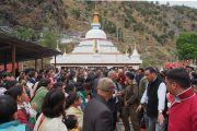 Освятив ступу в Рупе, Его Святейшество Далай-лама идет через толпу почитателей. Штат Аруначал-Прадеш, Индия. 4 апреля 2017 г. Фото: Джереми Рассел (офис ЕСДЛ)