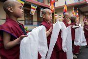 Юные монахи монастыря Тхубчок Гацел Линг ожидают Его Святейшество Далай-ламу, чтобы поднести ему традиционные белые шарфы-хадаки в знак приветствия и почтения. Бомдила, штат Аруначал-Прадеш, Индия. 4 апреля 2017 г. Фото: Тензин Чойджор (офис ЕСДЛ)