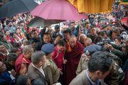 Его Святейшество Далай-лама идет через толпу почитателей в сопровождении главного министра штата Аруначал-Прадеш Пемы Кханду. Бомдила, штат Аруначал-Прадеш, Индия. 4 апреля 2017 г. Фото: Тензин Чойджор (офис ЕСДЛ)