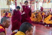 Монахи проводят философский диспут в ходе визита Его Святейшества Далай-ламы в монастырь Гонце Рагьял Линг. Бомдила, штат Аруначал-Прадеш, Индия. 5 апреля 2017 г. Фото: Тензин Чойджор (офис ЕСДЛ)