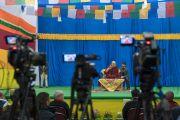Его Святейшество Далай-лама читает публичную лекцию в аудитории одной из старших школ Бомдилы. Бомдила, штат Аруначал-Прадеш, Индия. 5 апреля 2017 г. Фото: Тензин Чойджор (офис ЕСДЛ)