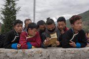 Юные слушатели следят за текстом во время учений Его Святейшества Далай-ламы по произведению геше Лангри Тангпы «Восемь строф о преобразовании ума». Диранг, штат Аруначал-Прадеш, Индия. 6 апреля 2017 г. Фото: Тензин Чойджор (офис ЕСДЛ)