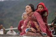 Женщина с ребенком слушают учения Его Святейшества Далай-ламы в монастыре Тхупсунг Дхаргьелинг. Диранг, штат Аруначал-Прадеш, Индия. 6 апреля 2017 г. Фото: Тензин Чойджор (офис ЕСДЛ)