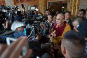 На выходе из нового храма монастыря Тхупсунг Дхаргьелинг Его Святейшество Далай-лама дает интервью представителям прессы. Диранг, штат Аруначал-Прадеш, Индия. 6 апреля 2017 г. Фото: Тензин Чойджор (офис ЕСДЛ)
