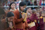 Юные слушательницы во время учений Его Святейшества Далай-ламы. Диранг, штат Аруначал-Прадеш, Индия. 6 апреля 2017 г. Фото: Тензин Чойджор (офис ЕСДЛ)