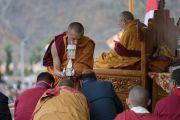 Монах дает благословение гостям, сидящим на сцене, во время дарования Его Святейшеством Далай-ламой разрешения на практику Авалокитешвары. Диранг, штат Аруначал-Прадеш, Индия. 6 апреля 2017 г. Фото: Тензин Чойджор (офис ЕСДЛ)