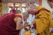 Тхуптен Ринпоче преподносит Его Святейшеству Далай-ламе статуэтку Будды по завершении церемонии открытия нового храма в монастыре Тхупсунг Дхаргьелинг. Диранг, штат Аруначал-Прадеш, Индия. 6 апреля 2017 г. Фото: Тензин Чойджор (офис ЕСДЛ)