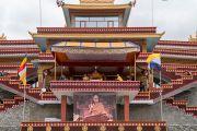 Вид на сцену и большой экран, расположенный под троном Его Святейшества Далай-ламы в монастыре Тхупсунг Дхаргьелинг. Диранг, штат Аруначал-Прадеш, Индия. 6 апреля 2017 г. Фото: Тензин Чойджор (офис ЕСДЛ)