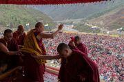 Его Святейшество Далай-лама машет рукой более чем 20,000 верующих, собравшихся на его учения в монастыре Тхупсунг Дхаргьелинг. Диранг, штат Аруначал-Прадеш, Индия. 6 апреля 2017 г. Фото: Тензин Чойджор (офис ЕСДЛ)