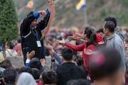 Волонтеры раздают веревочки-обереги во время разрешения на практику Авалокитешвары, даруемого Его Святейшеством Далай-ламой. Диранг, штат Аруначал-Прадеш, Индия. 6 апреля 2017 г. Фото: Тензин Чойджор (офис ЕСДЛ)