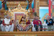В присутствии губернатора штата Аруначал-Прадеш Падманабхи Ачарьи и главного министра штата Аруначал-Прадеш Пемы Кханду Его Святейшество Далай-лама выступает с обращением в ходе церемонии открытия нового храма в монастыре Тхупсунг Дхаргьелинг. Диранг, штат Аруначал-Прадеш, Индия. 6 апреля 2017 г. Фото: Тензин Чойджор (офис ЕСДЛ)
