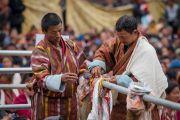 Местные жители привязывают предметы с буддийской символикой ближе к сцене, чтобы освятить их во время учений Его Святейшества Далай-ламы. Диранг, штат Аруначал-Прадеш, Индия. 6 апреля 2017 г. Фото: Тензин Чойджор (офис ЕСДЛ)