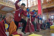 Местные жители проводят философский диспут во время визита Его Святейшества Далай-ламы в монастырь Тхупсунг Дхаргьелинг. Диранг, штат Аруначал-Прадеш, Индия. 6 апреля 2017 г. Фото: Тензин Чойджор (офис ЕСДЛ)