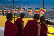 Юные монахи вглядываются в даль, ожидая прибытия Его Святейшества Далай-ламы в монастырь Таванг. Таванг, штат Аруначал-Прадеш, Индия. 7 апреля 2017 г. Фото: Тензин Чойджор (офис ЕСДЛ)
