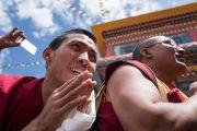 Монахи монастыря Монпалпунг Джангчуб Чойкхорлинг приветствуют Его Святейшество Далай-ламу, сделавшего остановку по дороге в Таванг. Джанг, штат Аруначал-Прадеш, Индия. 7 апреля 2017 г. Фото: Тензин Чойджор (офис ЕСДЛ)
