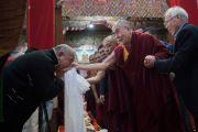 Его Святейшество Далай-лама приветствует верующих по прибытии в монастырь Таванг. Таванг, штат Аруначал-Прадеш, Индия. 7 апреля 2017 г. Фото: Тензин Чойджор (офис ЕСДЛ)