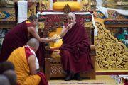 Его Святейшеству Далай-ламе подносят молочный чай и сладкий рис во время церемонии приветствия в монастыре Таванг. Таванг, штат Аруначал-Прадеш, Индия. 7 апреля 2017 г. Фото: Тензин Чойджор (офис ЕСДЛ)