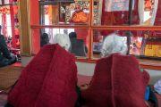 Верующие смотрят трансляцию учений Его Святейшества Далай-ламы, организованных на площадке Йига Чойзин при монастыре Таванг. Таванг, штат Аруначал-Прадеш, Индия. 8 апреля 2017 г. Фото: Тензин Чойджор (офис ЕСДЛ)