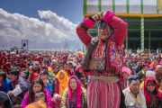Одна из верующих совершает поклоны в знак почтения Его Святейшеству Далай-ламе в ходе учений на площадке Йига Чойзин. Таванг, штат Аруначал-Прадеш, Индия. 8 апреля 2017 г. Фото: Тензин Чойджор (офис ЕСДЛ)