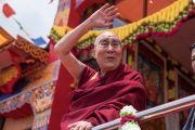 По завершении первого дня учений в храме Йига Чойзин при монастыре Таванг Его Святейшество Далай-лама машет верующим рукой на прощание. Таванг, штат Аруначал-Прадеш, Индия. 8 апреля 2017 г. Фото: Тензин Чойджор (офис ЕСДЛ)