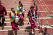 Волонтеры спешат угостить чаем верующих, собравшихся на площадке Йига Чойзин при монастыре Таванг, чтобы послушать учения Его Святейшества Далай-ламы. Таванг, штат Аруначал-Прадеш, Индия. 8 апреля 2017 г. Фото: Тензин Чойджор (офис ЕСДЛ)
