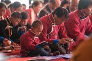 Слушатели во время первого дня учений Его Святейшества Далай-ламы по произведению Камалашилы «Срединные ступени медитации» и сочинению Гьялсэ Тогме Сангпо «37 практик бодхисаттвы». Таванг, штат Аруначал-Прадеш, Индия. 8 апреля 2017 г. Фото: Тензин Чойджор (офис ЕСДЛ)