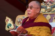 Его Святейшество Далай-лама во время первого дня учений по произведению Камалашилы «Срединные ступени медитации» и сочинению Гьялсэ Тогме Сангпо «37 практик бодхисаттвы». Таванг, штат Аруначал-Прадеш, Индия. 8 апреля 2017 г. Фото: Тензин Чойджор (офис ЕСДЛ)