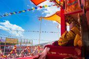 Его Святейшество Далай-лама окидывает взором площадку учений Йига Чойзин, где собралось более 50,000 верующих. Таванг, штат Аруначал-Прадеш, Индия. 9 апреля 2017 г. Фото: Тензин Чойджор (офис ЕСДЛ)