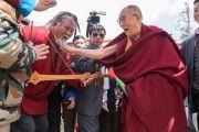 Его Святейшество Далай-лама шутливо приветствует тибетского музыканта, выступавшего на открытии мемориального музея Дордже Кханду. Таванг, штат Аруначал-Прадеш, Индия. 9 апреля 2017 г. Фото: Тензин Чойджор (офис ЕСДЛ)