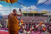 Его Святейшество Далай-лама машет рукой более чем 50,000 верующих по прибытии на площадку при храме Йига Чойзин в начале второго дня учений. Таванг, штат Аруначал-Прадеш, Индия. 9 апреля 2017 г. Фото: Тензин Чойджор (офис ЕСДЛ)