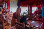 Главный министр штата Аруначал-Прадеш Пема Кханду бросает ритуальный цветок на мандалу во время посвящения Авалокитешвары, даруемого Его Святейшеством Далай-ламой в храме Йига Чойзин. Таванг, штат Аруначал-Прадеш, Индия. 9 апреля 2017 г. Фото: Тензин Чойджор (офис ЕСДЛ)
