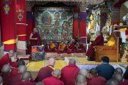 По возвращении Его Святейшества Далай-ламы в монастырь Таванг настоятель рассказывает ему о работе монастыря. Таванг, штат Аруначал-Прадеш, Индия. 9 апреля 2017 г. Фото: Тензин Чойджор (офис ЕСДЛ)