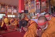 Монахи с красными ритуальными повязками на головах слушают наставления Его Святейшества Далай-ламы во время посвящения Авалокитешвары. Таванг, штат Аруначал-Прадеш, Индия. 9 апреля 2017 г. Фото: Тензин Чойджор (офис ЕСДЛ)
