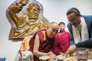 Его Святейшество Далай-лама расписывается в книге почетных гостей в ходе визита в мемориальный музей Дордже Кханду. Таванг, штат Аруначал-Прадеш, Индия. 9 апреля 2017 г. Фото: Тензин Чойджор (офис ЕСДЛ)