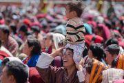 Один из слушателей посадил ребенка себе на голову, чтобы он мог лучше видеть Его Святейшество Далай-ламу. Таванг, штат Аруначал-Прадеш, Индия. 9 апреля 2017 г. Фото: Тензин Чойджор (офис ЕСДЛ)