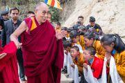 По дороге в Угьен Линг, место рождения Шестого Далай-ламы, Его Святейшество Далай-лама останавливается, чтобы поприветствовать учеников и преподавателей школы Манджушри. Таванг, штат Аруначал-Прадеш, Индия. 9 апреля 2017 г. Фото: Тензин Чойджор (офис ЕСДЛ)