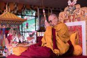 Его Святейшество Далай-лама дарует посвящение Авалокитешвары в ходе второго дня учений на площадке при храме Йига Чойзин. Таванг, штат Аруначал-Прадеш, Индия. 9 апреля 2017 г. Фото: Тензин Чойджор (офис ЕСДЛ)