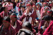 Верующие получают посвящение Авалокитешвары, даруемое Его Святейшеством Далай-ламой в храме Йига Чойзин. Таванг, штат Аруначал-Прадеш, Индия. 9 апреля 2017 г. Фото: Тензин Чойджор (офис ЕСДЛ)
