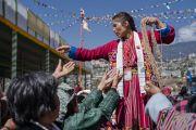 Одна из волонтеров раздает веревочки-обереги в ходе посвящения Ригзина Дунгдруба, даруемого Его Святейшеством Далай-ламой. Таванг, штат Аруначал-Прадеш, Индия. 10 апреля 2017 г. Фото: Тензин Чойджор (офис ЕСДЛ)