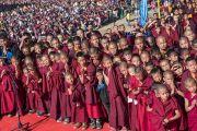 Юные монахи почтительно приветствуют Его Святейшество Далай-ламу, прибывшего на площадку при храме Йига Чойзин в начале заключительного дня учений, на которые собралось более 50,000 верующих. Таванг, штат Аруначал-Прадеш, Индия. 10 апреля 2017 г. Фото: Тензин Чойджор (офис ЕСДЛ)
