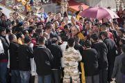 Его Святейшество Далай-лама направляется через толпу почитателей к площадке учений при храме Йига Чойзин. Таванг, штат Аруначал-Прадеш, Индия. 10 апреля 2017 г. Фото: Тензин Чойджор (офис ЕСДЛ)