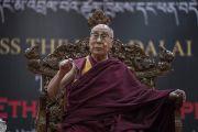 Его Святейшество Далай-лама читает публичную лекцию о важности светской этики для достижения счастья, организованную в конференц-центре Калавангпо. Таванг, штат Аруначал-Прадеш, Индия. 10 апреля 2017 г. Фото: Тензин Чойджор (офис ЕСДЛ)