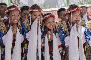 Тибетские артисты в традиционных одеяниях почтительно провожают Его Святейшество Далай-ламу, покидающего площадку при храме Йига Чойзин по завершении трехдневных учений. Таванг, штат Аруначал-Прадеш, Индия. 10 апреля 2017 г. Фото: Тензин Чойджор (офис ЕСДЛ)