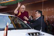 Его Святейшество Далай-лама машет своим почитателям рукой на прощание по завершении публичной лекции в конференц-центре Калавангпо. Таванг, штат Аруначал-Прадеш, Индия. 10 апреля 2017 г. Фото: Тензин Чойджор (офис ЕСДЛ)