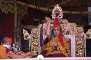 Его Святейшество Далай-лама дарует посвящение Ригзина Дунгдруба во время заключительного дня учений на площадке при храме Йига Чойзин. Таванг, штат Аруначал-Прадеш, Индия. 10 апреля 2017 г. Фото: Тензин Пунцок (офис ЕСДЛ)