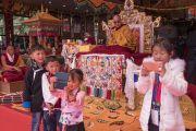 Дети делают селфи во время заключительной церемонии, завершающей учения Его Святейшества Далай-ламы. Таванг, штат Аруначал-Прадеш, Индия. 10 апреля 2017 г. Фото: Тензин Чойджор (офис ЕСДЛ)