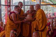 Мастер ритуального пения исполняет строфы, сопровождающие подношение мандалы, во время молебна о долгой жизни Его Святейшества Далай-ламы, организованного на площадке при храме Йига Чойзин. Таванг, штат Аруначал-Прадеш, Индия. 10 апреля 2017 г. Фото: Тензин Чойджор (офис ЕСДЛ)
